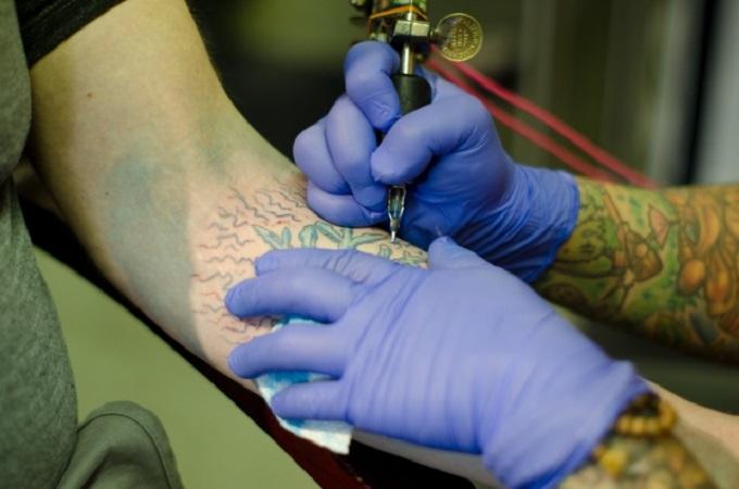 タトゥーを掘る人